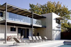 Une extension et une terrasse en bois modifié Accoya® métamorphose une villa du Lubéron